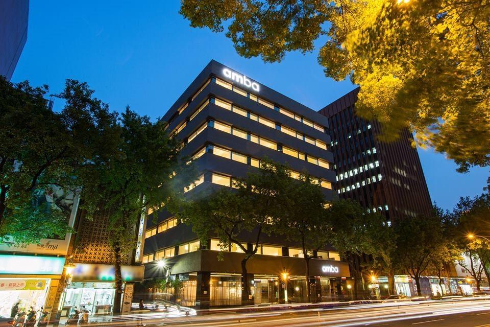 在整建舊辦公大樓時,特意保留大樓外觀的開窗方式,並換上low-e玻璃達到節能減碳的目的,並在入口門面的設計上,將原本老鋁窗框拆下,把鐵花窗懸掛於門口長廊的天花板,而利用鋁窗框切割,拼湊成獨一無二的牆面設計。圖片提供_台北中山意舍酒店   amba Taipei Zhongshan