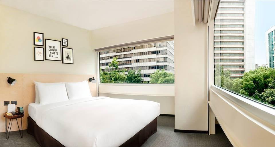 每一間臥房中,都會挑選不同的畫作組合,拼湊出藝文端景, corner room 利用原本辦公大樓留下的開窗方式,而特別規劃的角落房型,成L型,所以開窗面積也是一般房型的兩倍。圖片提供_台北中山意舍酒店   amba Taipei Zhongshan