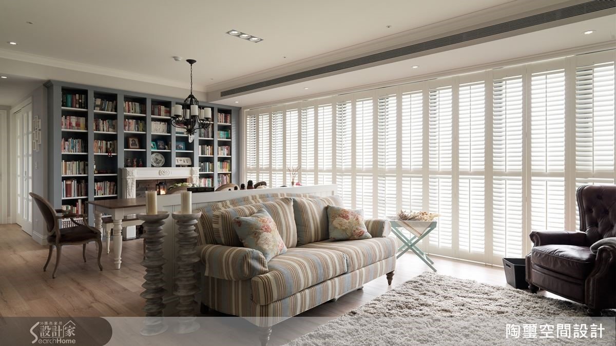 以一張訂製的進口沙發開啟藍圖發想,讓設計師展開格局、色彩、材質等周邊規劃。