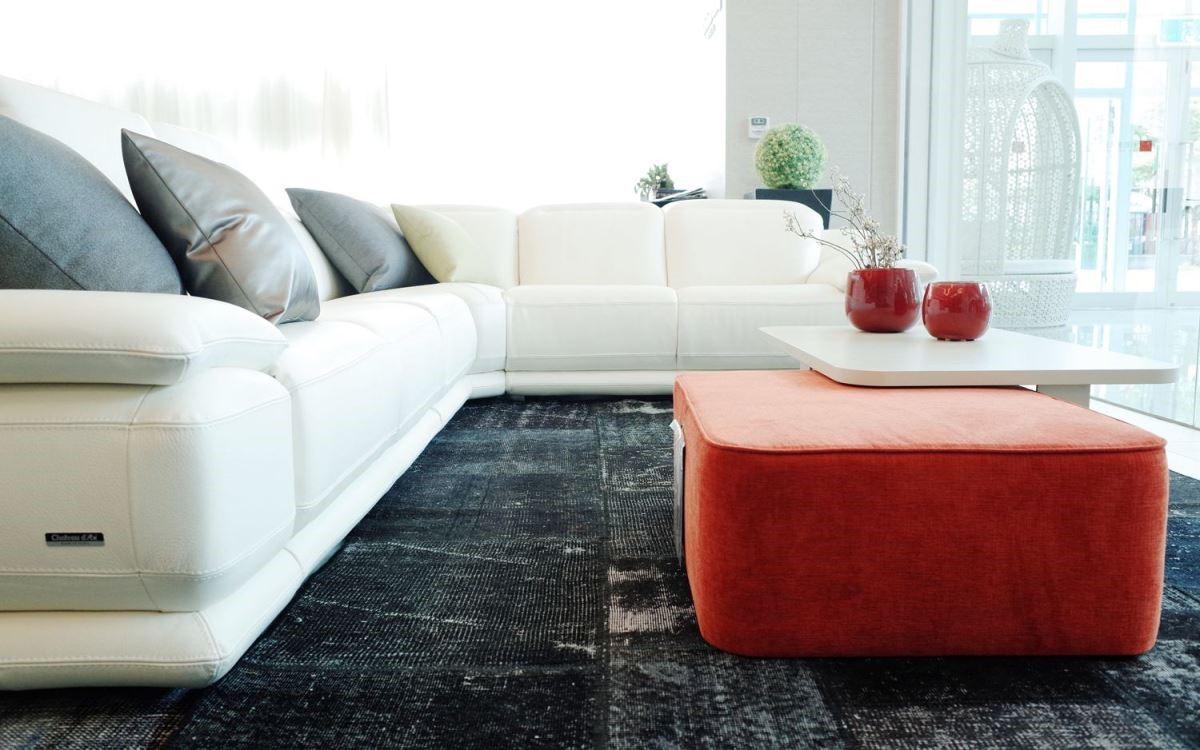 簡單的跳色與異材質穿插,讓居家風格活潑而有朝氣。透過專業家配師選定的經典款傢具配套,讓空間風格不走調。