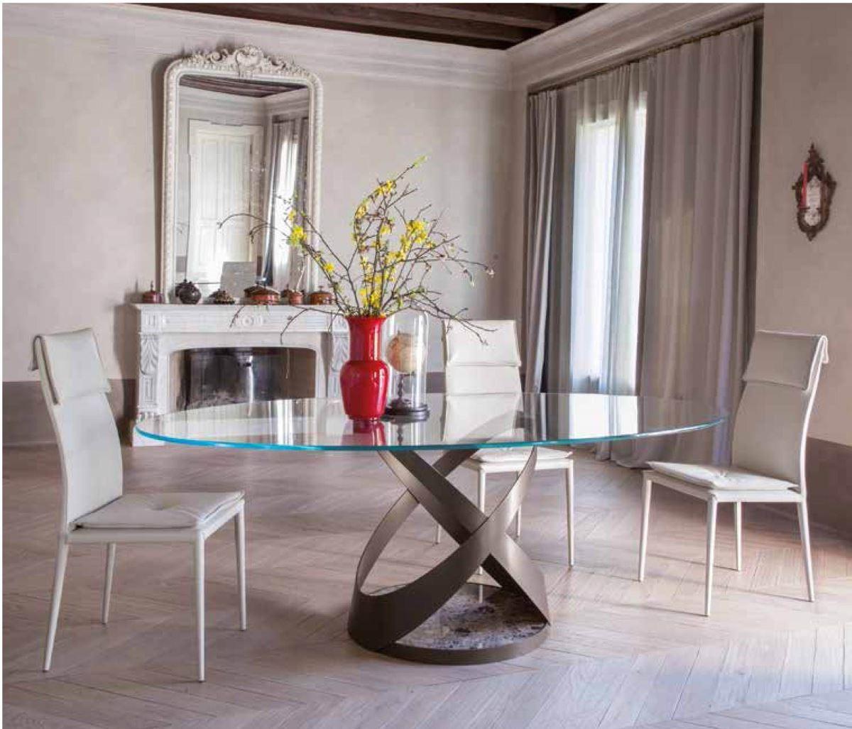 以玻璃、鐵件等現代感異材質結合的傢具設計,即使置放於古典風格的空間也沒有違和感。