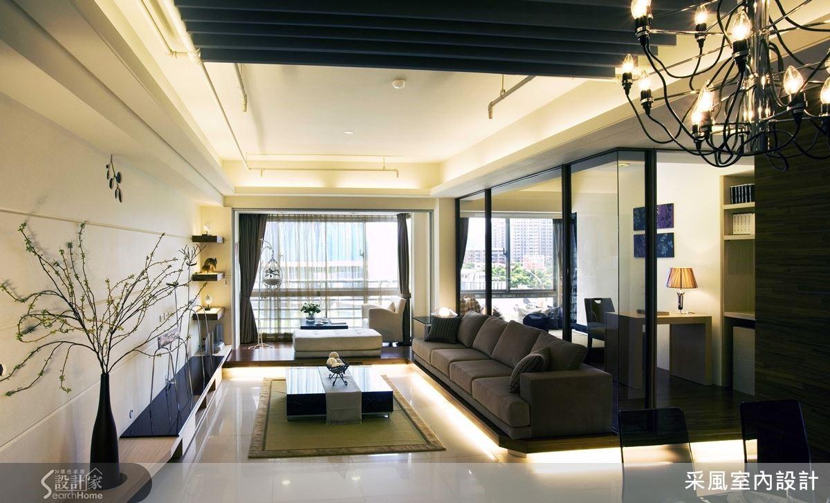 現代俐落的廳區中,臨窗臥榻、沙發區與書房巧妙地運用架高搭配燈光,營造懸浮、溫暖效果,在更換後的淡綠帶灰拋光石英磚映襯下更顯亮眼,一氣呵成的整體感達到空間延伸、不零碎目的。
