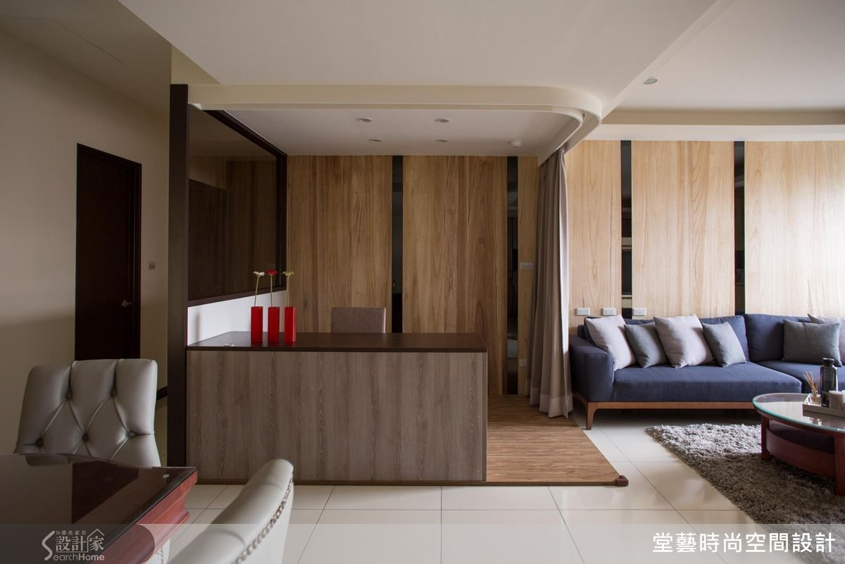 書房加裝軌道窗簾,在需要時可以變身為一間舒適的客房。