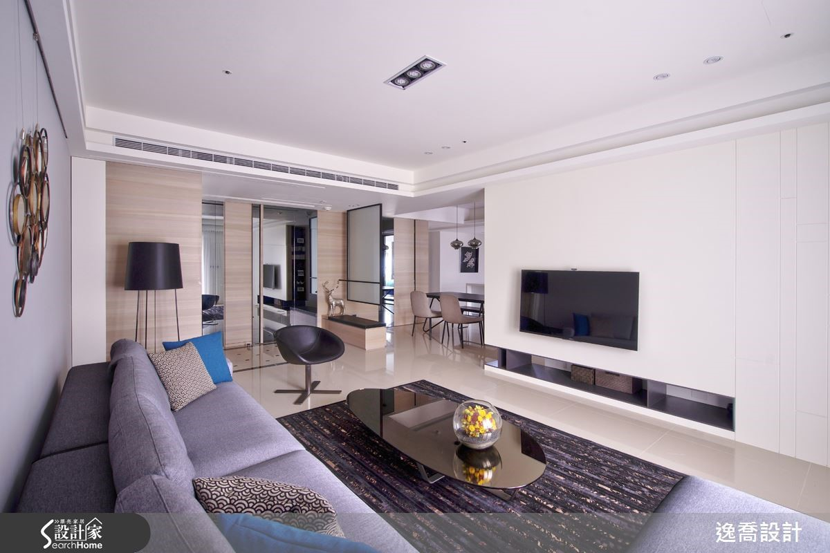 從小生長在高雄的屋主,到了台北最不能習慣的就是狹窄的生活空間,因此特別向設計師提到希望空間感是寬敞明亮的。設計師以淺色調作為空間主色,再搭配鏡面等材質來放大空間感,展現清爽舒適的現代風格居家。