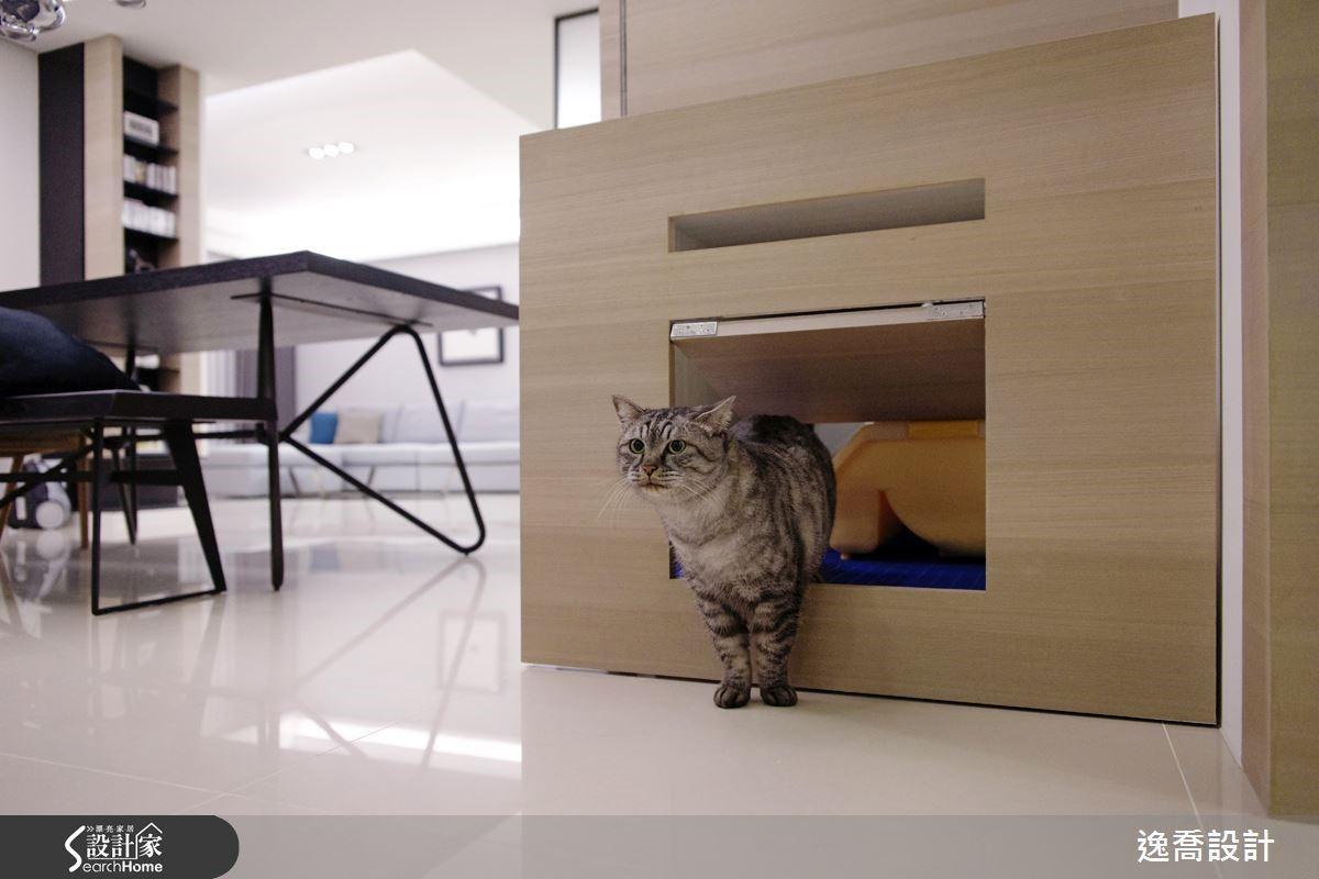 設計師也貼心為貓咪量身打造了迷你搖擺木門,讓屋主的愛貓可以自由進出貓砂區,除了能有效隔開貓砂的氣味,對怕生的貓咪而言,這裡也是最有安全感的隱匿場所。屋主說,客人來訪時貓咪會躲進牠們的秘密基地,再加上貓砂盆等物品都作了隱藏式收納,不知情的人根本不會發現她有養貓呢!