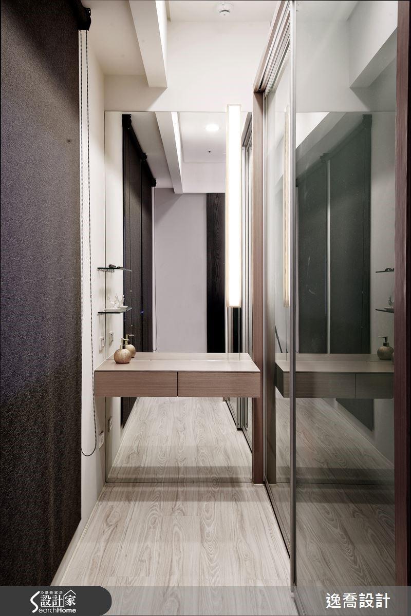 運用櫃體與牆面之間所形成的空間,打造出屋主專屬的更衣室,同時賦予梳妝台的實用功能。衣櫃拉門採用噴砂玻璃設計,讓小小的更衣室顯得俐落清爽。而安置梳妝台的牆面則規劃為整面明鏡,不但方便屋主著裝整衣,也具有延伸放大空間感的效果。