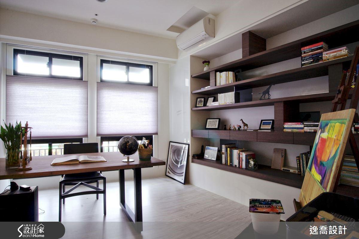 對於喜愛創作與閱讀的人而言,一間靜謐獨立的書房空間絕對是不可或缺。因此,設計師將客廳電視牆後方的空間規劃為屋主的書房,並且運用雙面櫃的概念來打造客廳與書房之間的隔間,讓外側是電視櫃而內側是書房的書櫃,創造更有效益的收納機能。而此房間也可作為彈性客房使用,讓屋主的父母北上探訪時能夠有休息留宿的空間,真的是超貼心的設計呢!