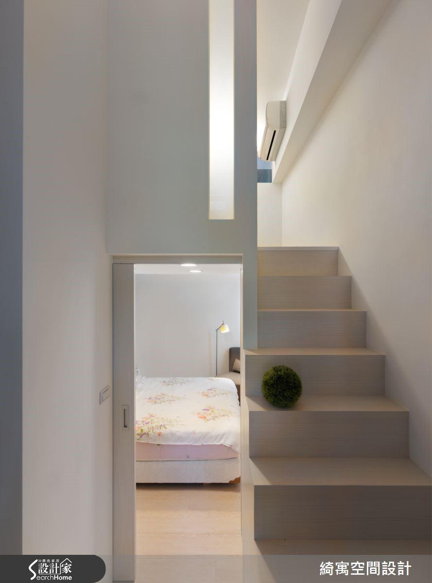 從更衣室的位置望向主臥區與上方夾層區,藉由清爽的色調與巧妙的視覺穿透留白手法,營造出舒服且井然有序的層次感,讓人即便是在小坪數空間裡,也能感覺自在開闊。