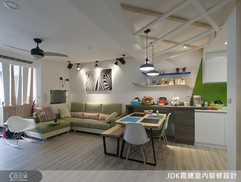 從廚房延伸出來的一字型料理台變成餐櫥櫃, 6 人的長型餐桌隱藏 1 / 3 在櫃子下方,有客人來時再拉出來變成 6 ~ 8 人座,加上鏤空的造型天花板,增添用餐趣味。