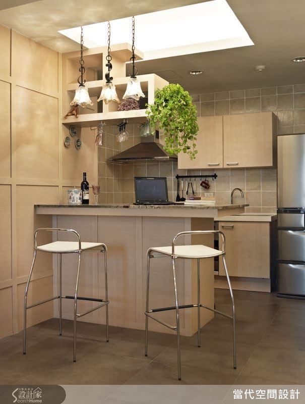 開放式廚房最適合製作無油煙的下午茶輕食料理,而吧檯不但有界定空間的效果,同時也是最方便的餐桌與收納櫃。