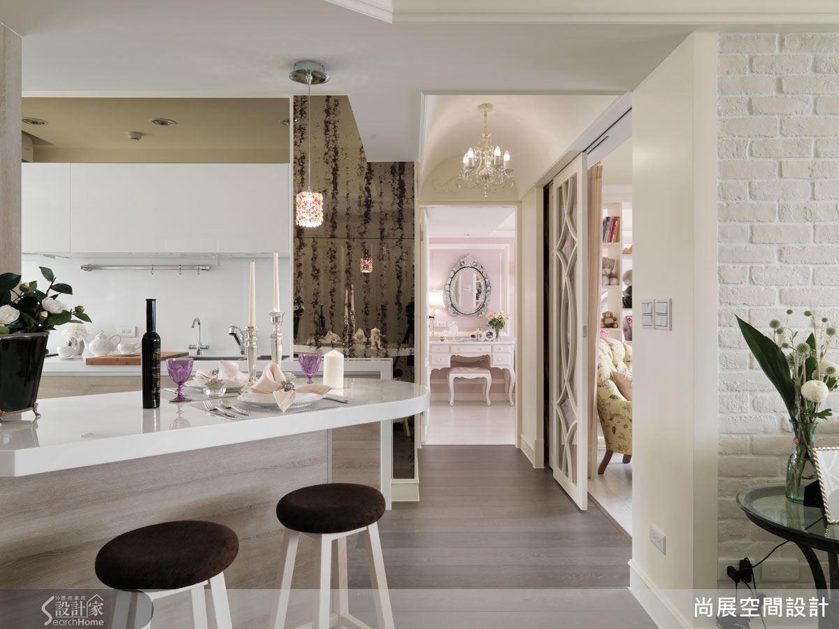 格局沿著吧檯的優雅斜角向後開展,將動線引導至私領域的書房與臥室區域,讓公私領域之間形成各自完整的層次感。