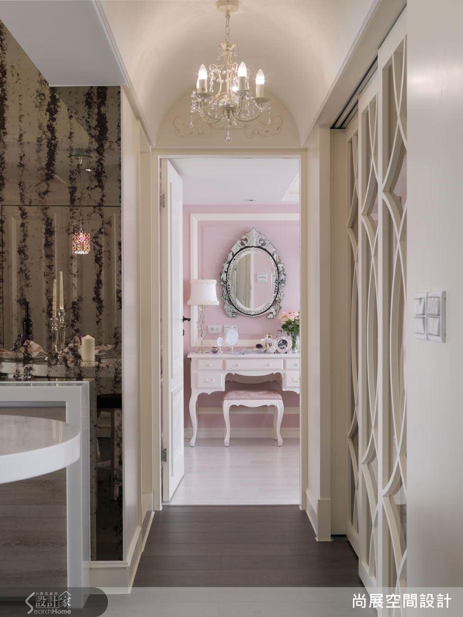 廚房與廊道之間的轉角以仿古鏡面創造視覺焦點,為空間帶來了古典懷舊的歷史氣息。