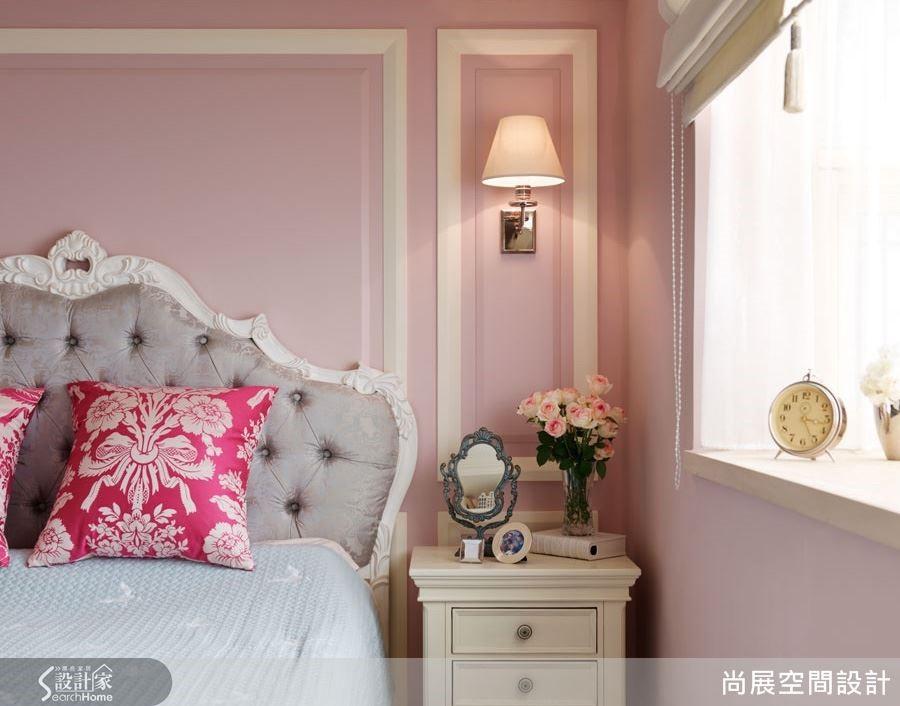 微帶紫調的桃粉色系展現柔和浪漫的情調,搭配純白色線板鑲框,在柔美的氛圍中更富有古典的美感。