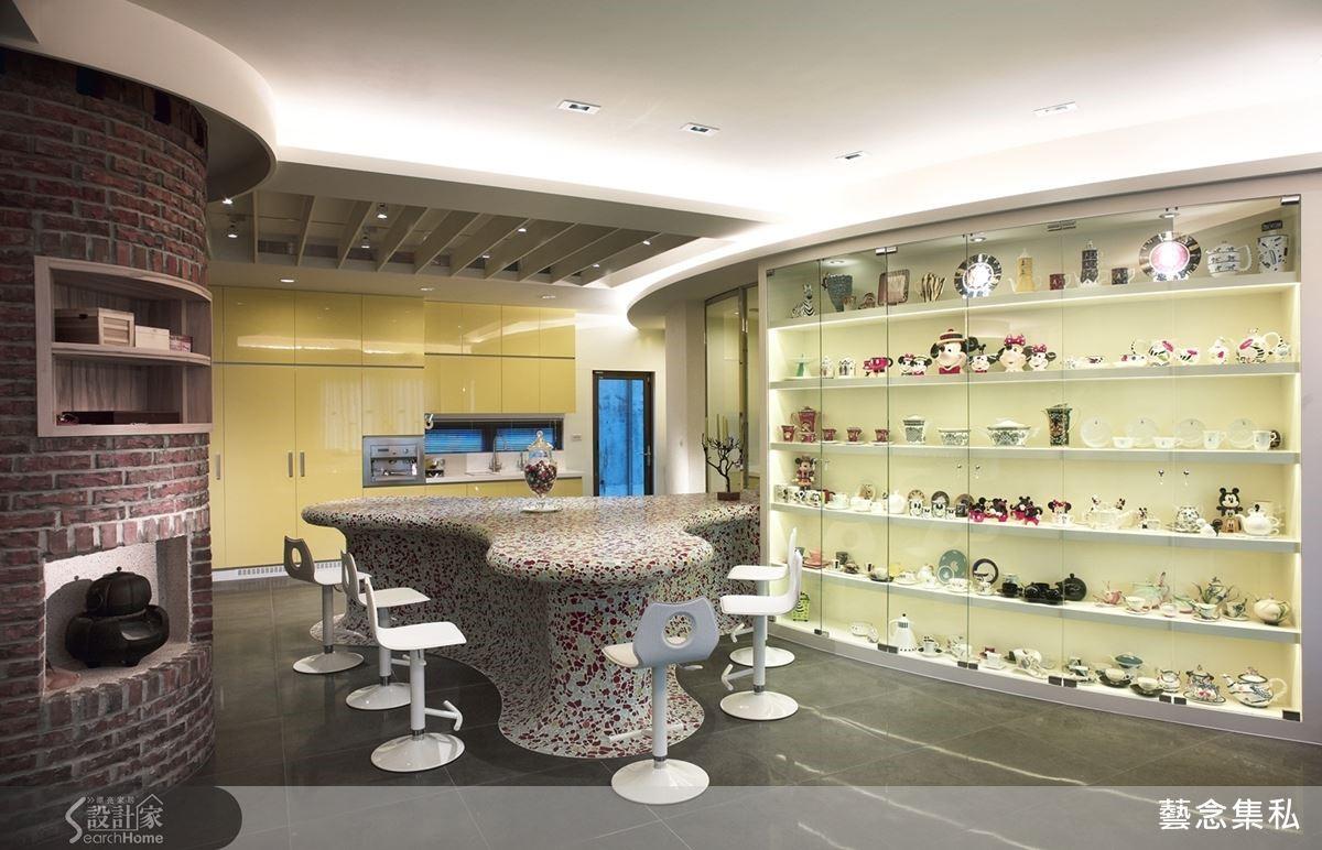 設計師為收藏了許多各國杯具的女主人打造一整面的展示櫃,並從琉璃馬賽克的造形大中島色彩中,找出鮮豔跳躍的黃,和周圍以紅色為主的設計做區隔,形成豐富的層次感。