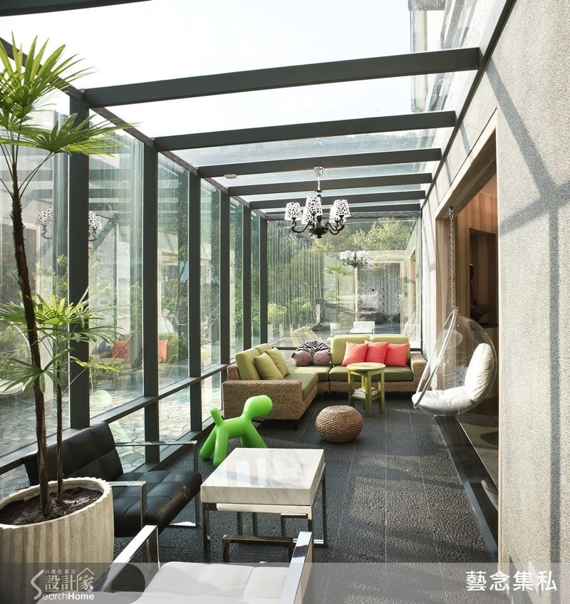 家裡有大庭院令人稱羨,設計師把一部分打造成陽光玻璃屋,擺上舒適的家具,這裡就是女主人閒暇休憩或邀姐妹淘來喝下午茶的好地方。像不像五星級飯店的戶外座位區?
