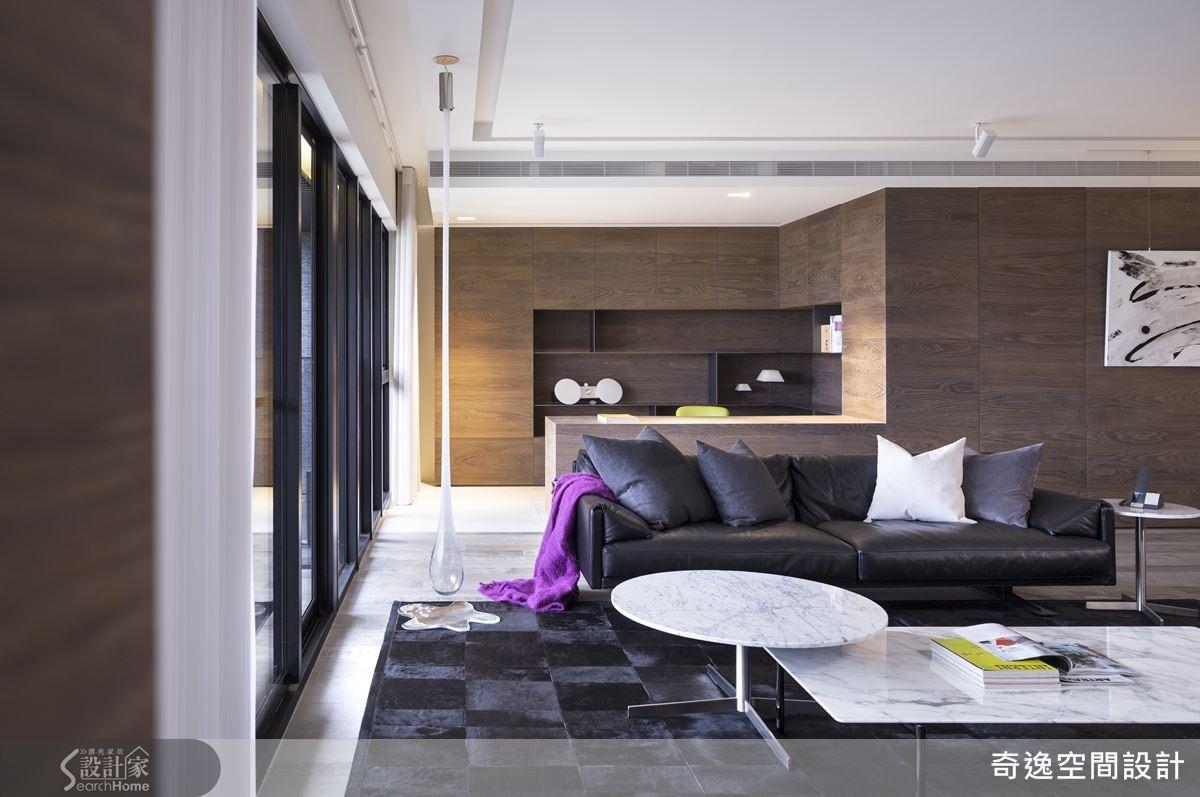 以橫直線條拼接設計,創造乾淨俐落的空間氛圍;餐廚空間則以圓弧線條的皮製餐椅表達女性的柔美特質,並配合3盞金色圓弧餐吊燈,在空間中形成亮點。