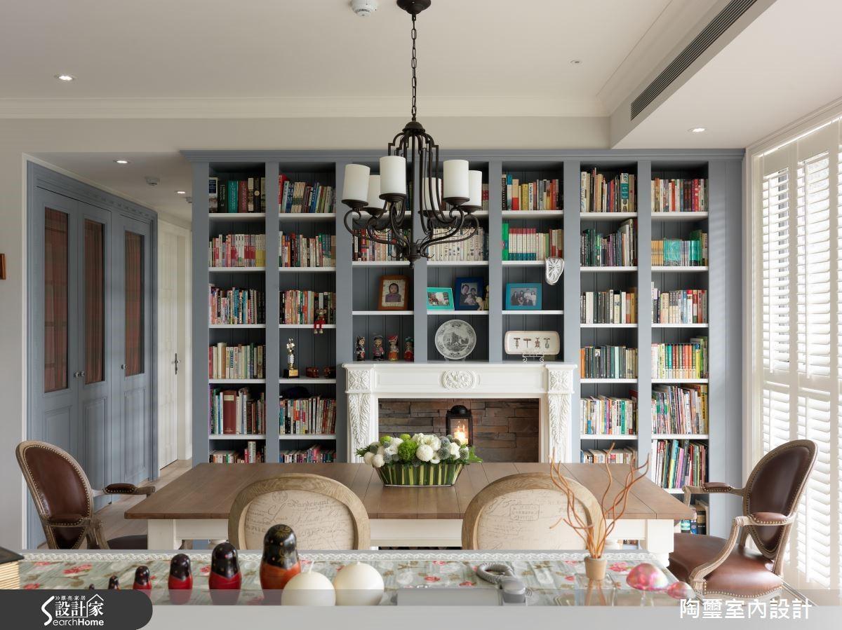 餐廳主牆變身為擺滿書籍與紀念品的書櫃,成為鄉村風餐廳的知性背景,讓女屋主與孩子能在周末時,共度美好食光。