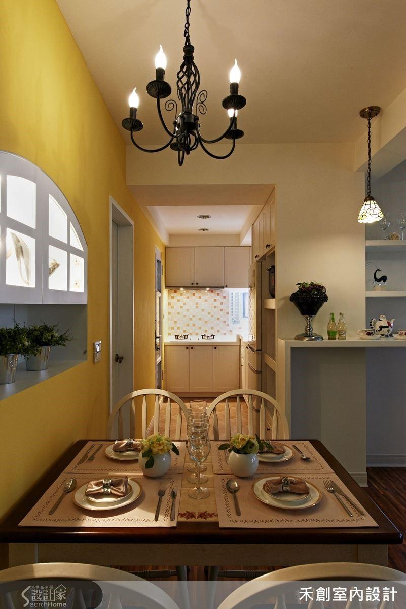 餐廳旁的牆面其實是木造隔間做出的儲藏室壁面,這裡也採取非直角的分割,讓廚房略微呈現梯形,以連結到餐廳。