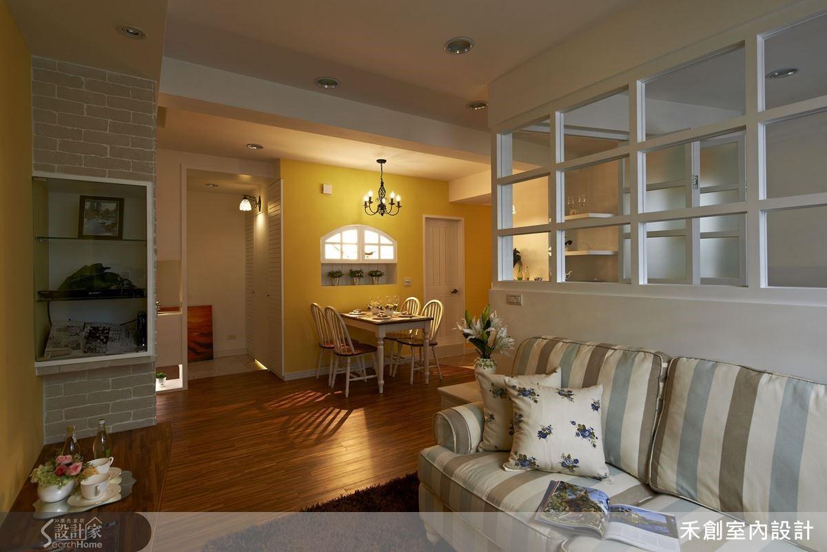 18 坪的空間從書房、餐廳、客廳都採開放式的概念設計,便擁有宛如 30 坪空間的寬敞感受。
