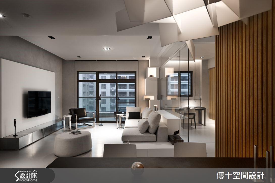 以沉靜的灰色為基底,並在地板和牆面使用進口塗料,彰顯灰色的層次感,沙發背牆在為了達到清、透,並釋放格局的目的選用透明清玻璃,使公共空間在視覺上達到放大的效果。