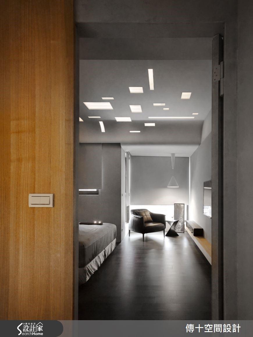 主臥房以弧形天花板加上鏤空幾何圖形做為燈具,並擺放上休憩區的單椅,創造寧靜自在的舒適角落。