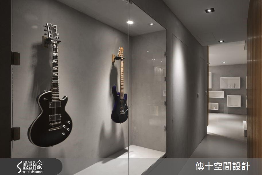 因應屋主的喜好,在走廊上設置吉他展示櫃,讓設計和屋主更有互動,並讓走廊空間有了活潑的端景。