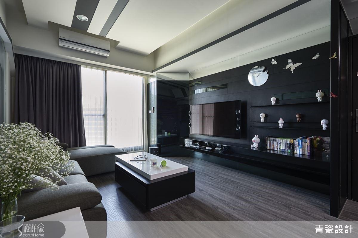 電視牆上造型典雅別致的蝴蝶鐘,材質有著似鏡般反射的美感,本身就很吸睛,設計師更是藉由黑色皮革質感的牆面,搭配同是鏡面的黑鏡做線條分割,互相呼應。
