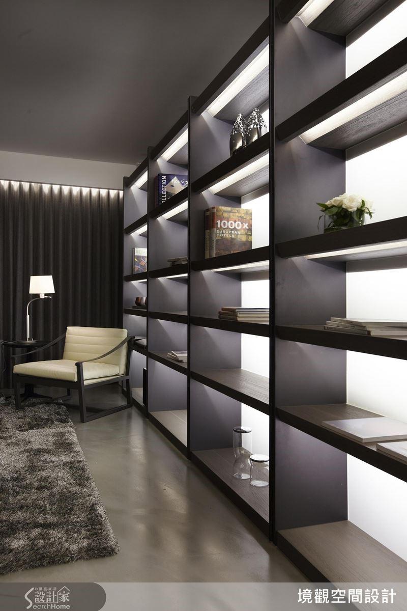 將櫃體作為沿面,形成強烈的視覺焦點,並以層架建構大小不一的展示空間,以滿足不同展示需求。