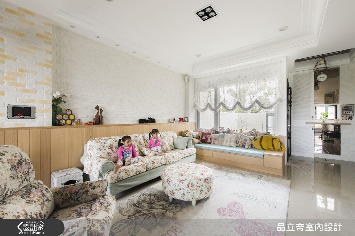 設計師善用建築物的特色,不浪費大面開窗,在窗邊不選擇一般沙發而利用木工訂製小臥榻,讓家具的靠背不會擋住窗外景致,陽光得以自由流動於空間之中。