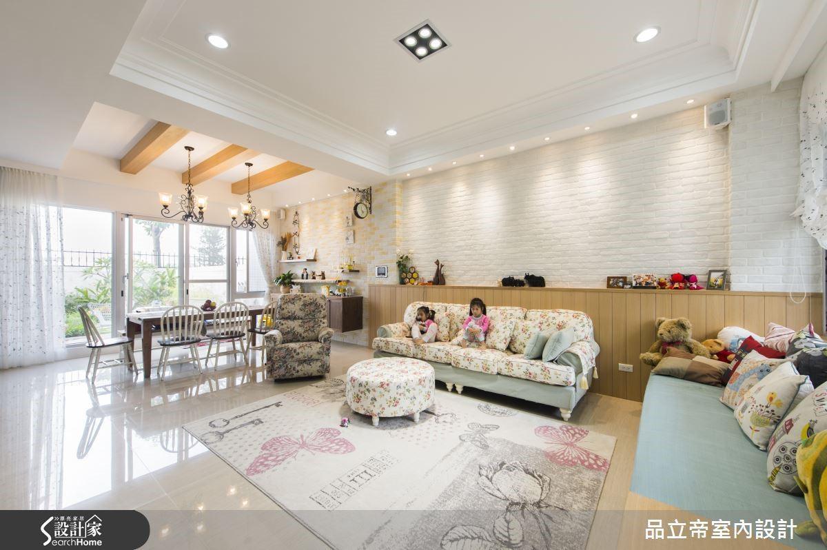 沙發背牆利用木作做到牆面一半高,延續臥榻的材質及氛圍營造。