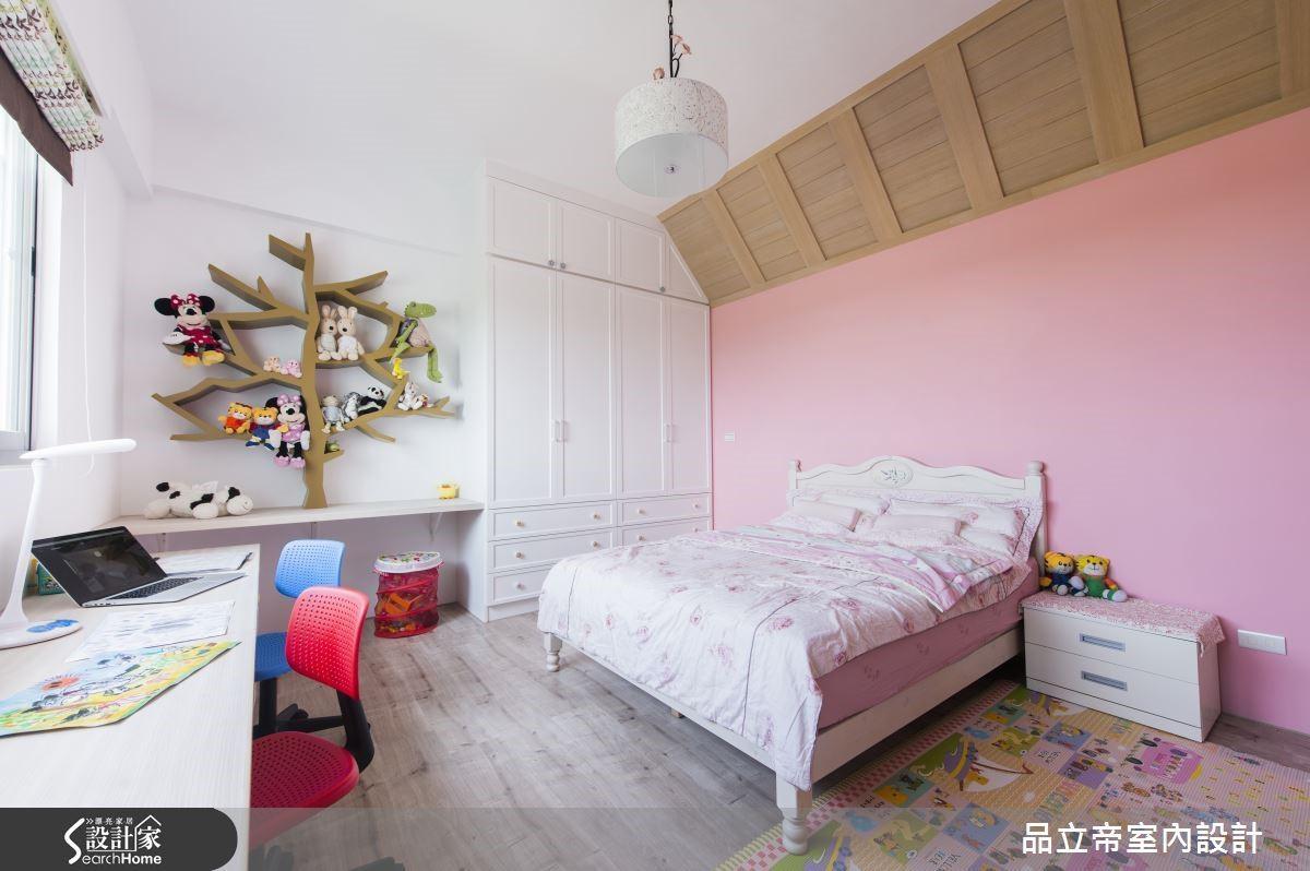 女兒房的顏色是以粉紅色為基調,並加上手繪設計的樹木書架,增添兒童房的童趣氛圍,天花板則特意仿小木屋閣樓的造型,讓孩子住在這邊既充滿想像,又有安全感。