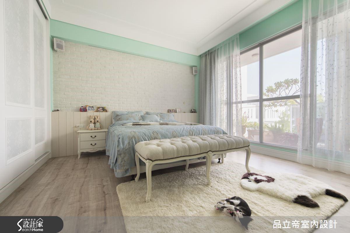 主臥房以 Tiffany 藍的顏色設定,加上美式鄉村風格的重點材質文化石,與白色木料的床頭背板,帶入不做作的自然感,而櫃體則以線板收邊和壁紙結合,點綴精緻的語彙。
