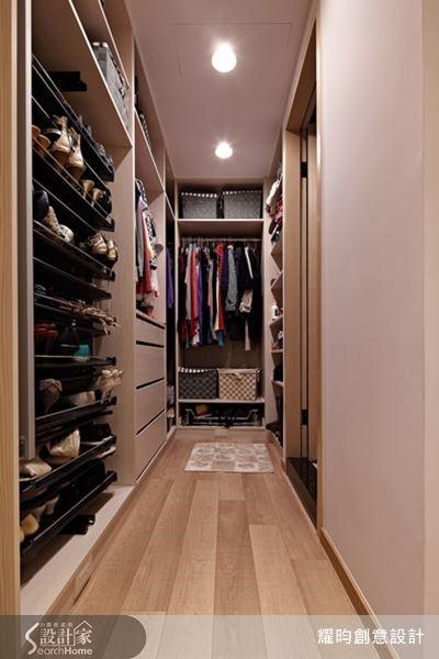 女人永遠少一件衣服少一雙鞋,不停買的結果,就是必須有夠大的空間放進所有服裝和鞋子。女屋主有旅遊各國時帶回的鞋子,玄關鞋櫃不夠放,設計師為她在更衣室裡打造可以旋轉的鞋架櫃,可以展示,拿取也十分方便。