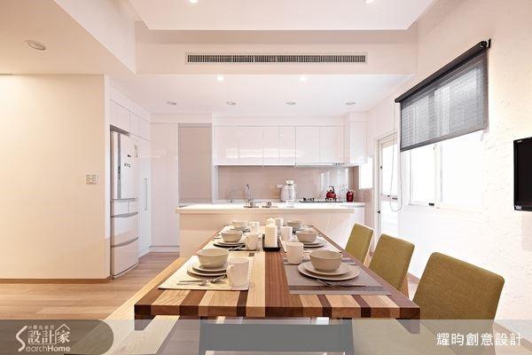 從事直銷工作的女屋主,經常和工作夥伴在家裡交流分享心得,餐廚空間與其說是自用,其實更像朋友們的聚會地點,甚至還有投影設備播放資料,因此完全開放的空間設計,才方便大家聊天討論。