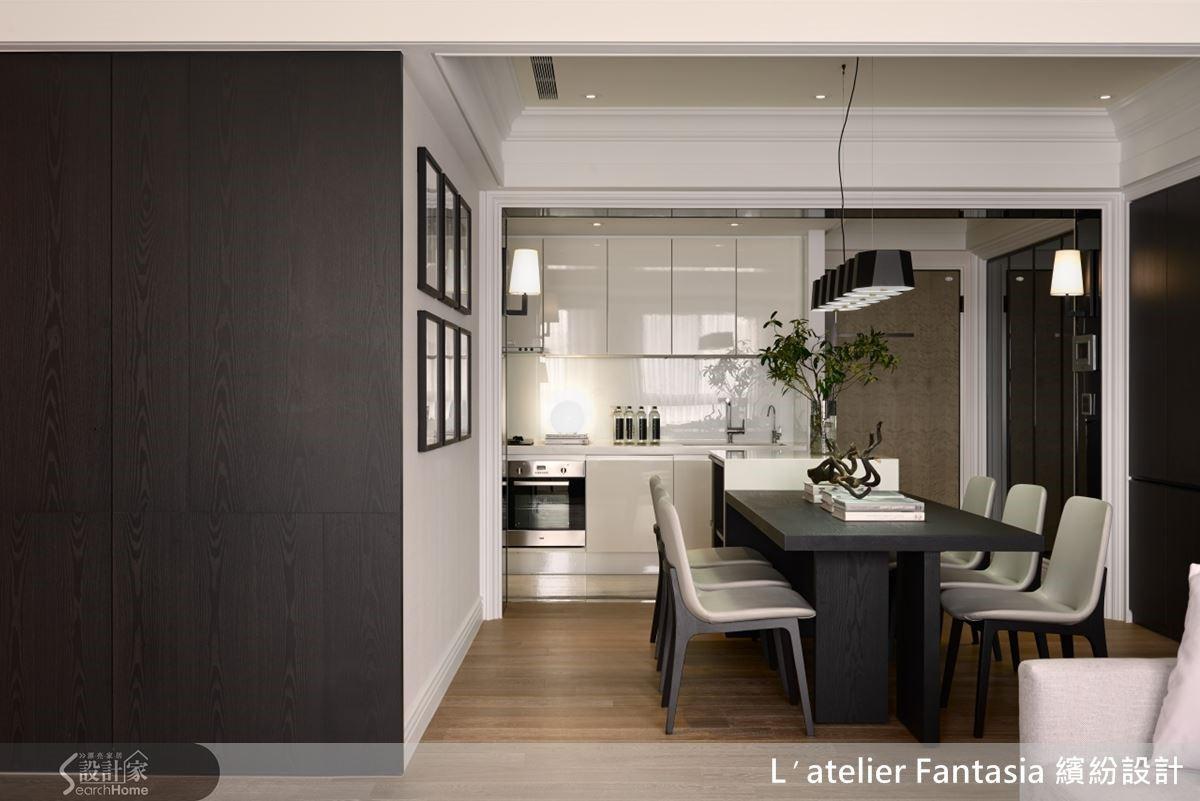 利用人造石做出中島,成功將玄關結合過道空間變成餐廳,劃入廚房範圍裡,空間感頓時放大。