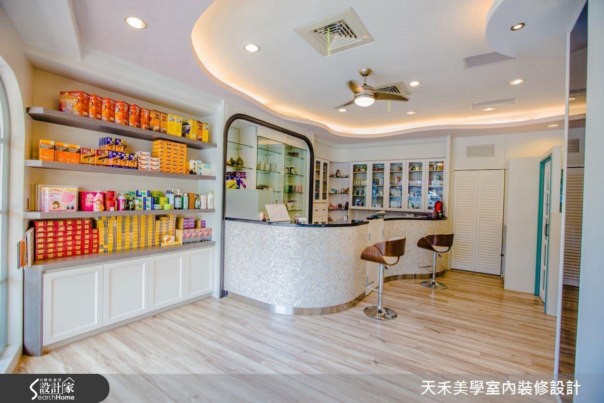 櫃檯與天花板造型以波浪線條打造而成,呼應了店面外觀的海洋意象,結合間接燈光設計,讓整體空間氛圍更加溫暖柔美。