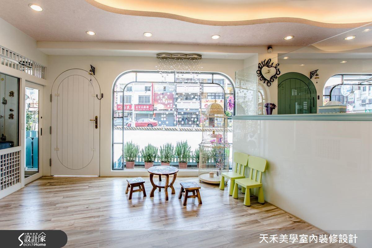 以質感溫暖的超耐磨木地板舖陳空間,為空間創造出如同家一般的溫馨氛圍。