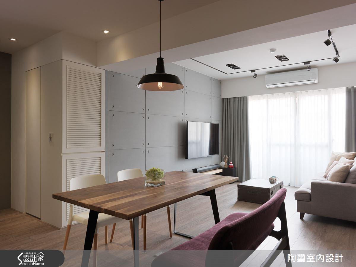 客廳電視牆面的設計可是暗藏玄機!設計師將臥室門口改朝向客廳方向,並且以水泥板材質打造門片,使之與牆面合而為一;而白色百葉後方則是雜物收納櫃,讓畸零空間得到最有效的利用!