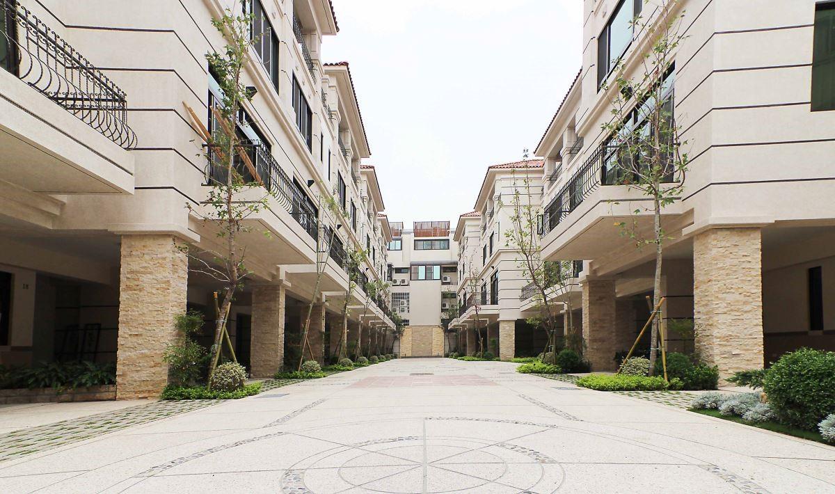 良好的社區總體營造相當重要,以房子本身的條件來說,房屋之間的棟距、停車機能規劃都是重點,建議民眾選擇建設機構時,也可考量該公司在社區經營方面的經驗。