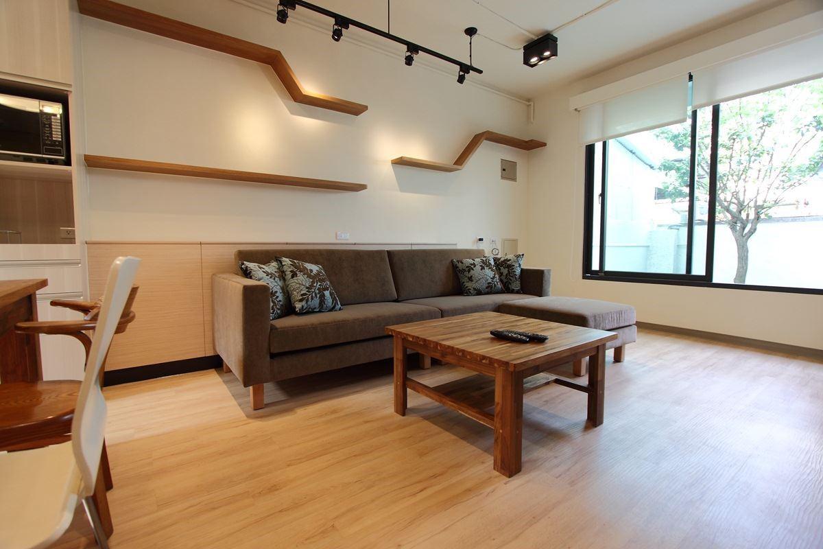 哥哥住宅則是現代風格,選擇深褐色系呼應紳士品味。