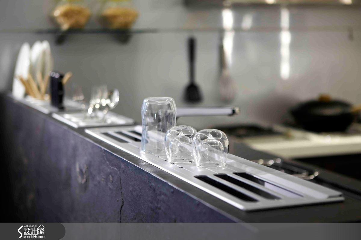 【岩石板】特殊工藝節能環保的砂岩面板,表現自然的紋路與質感,讓廚房空間與厚實相稱。圖片提供_智慧廚房、設計家電視