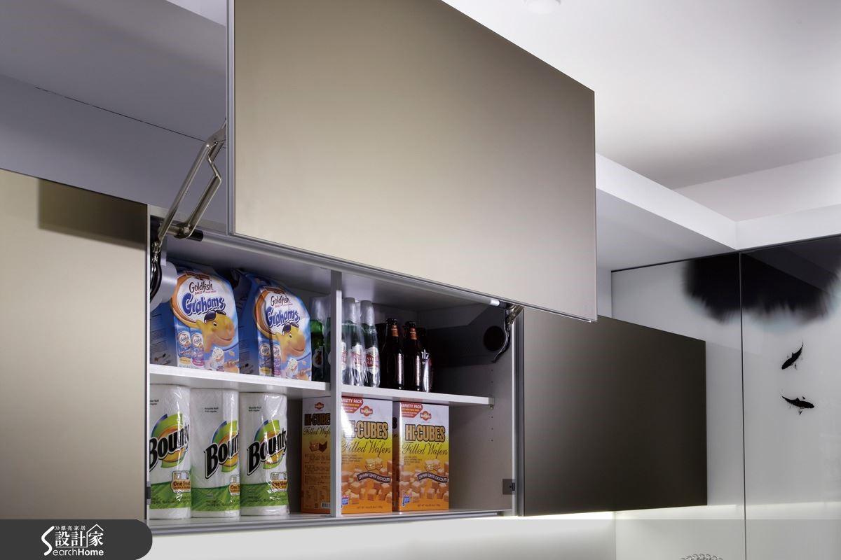 【電動櫥櫃】深切了解到使用者在使用廚具上會有的需求,與每個空間角落的重要,充分使用廚房畸零空間,創造創意式電動升降吊櫃及推門收納櫃,全新的收納概念,提供方便、安全、簡單等多項功能,體貼使用者的心。圖片提供_智慧廚房、設計家電視