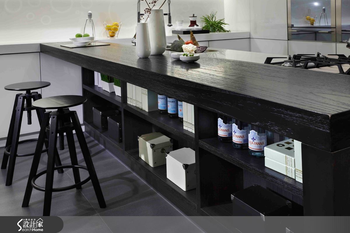 廚房是家重要的樞紐,運用新環保材質與科技功能的搭配,搭載多元風格的門板櫃體設計,即能輕鬆成就完美無缺的廚房空間,打造完整優化的居宅。圖片提供_智慧廚房、設計家電視