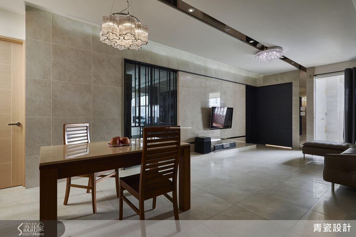 天花的鏡面燈帶,引領了視覺的走向,串聯開放式的客餐廳,餐桌居中,更能共享採光,靠牆則有餐廚半高櫃兼具收納與展示。