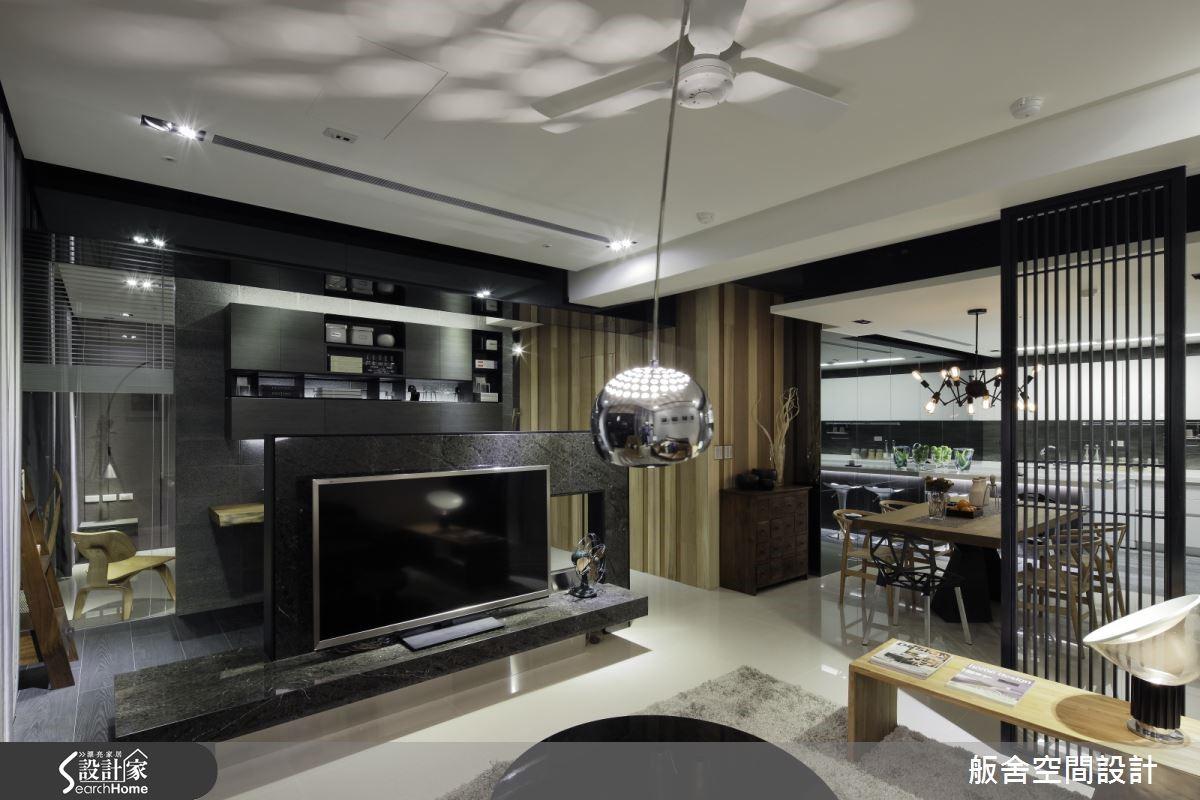 客廳在壁面的材質安排上,以大方簡約的明暗對比、材質的粗糙與光滑,來表現空間質感。