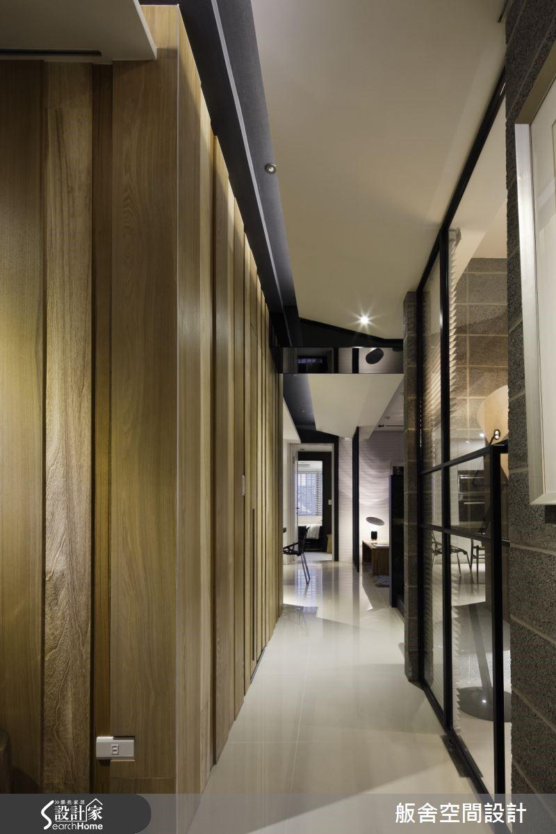 將走廊移至玄關進門處,一進門就能遇到一道走廊,宛如成為空間中的隧道一般,可以帶給空間一個豐富的層次氛圍,可以創造空間的景深、產生空間感。