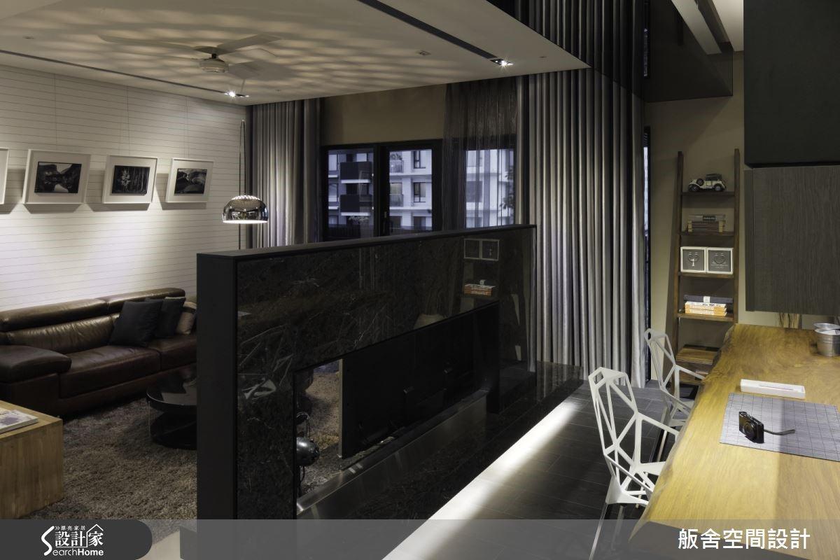 在壁面的材質安排上,以大方簡約的明暗對比、材質的粗糙與光滑,來表現空間質感,像是電視牆使用大理石、書房牆面為空心磚、沙發背牆則是引用船的甲板的元素,在牆面的設計上低調而不複雜。