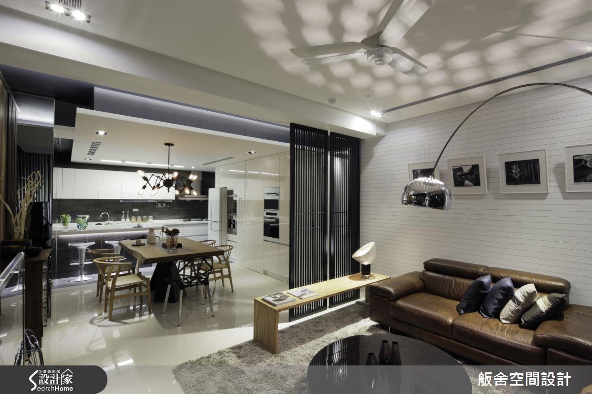 開放式餐廚空間通常最需要注意的就是收納及排煙問題,在收納考量上,左右兩側右側設置為收納櫃,同時為了讓這個空間看起來更為寬敞,在其中一側使用了灰鏡放大空間感,而另一側則為維持時尚氛圍,選用了白色的鋼琴烤漆面板,同時做為電器櫃,更將客房的門扉隱藏其中。