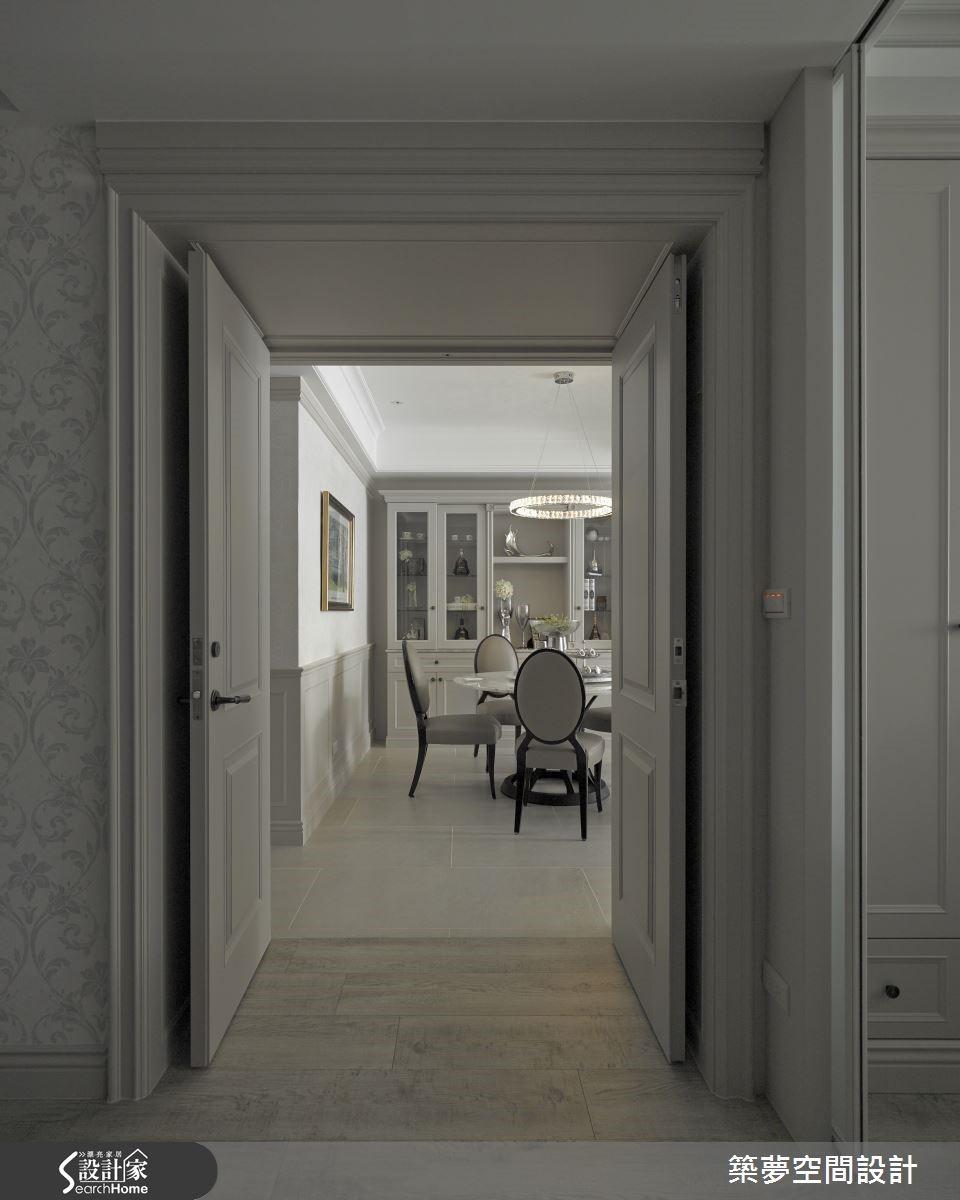 主臥室以清玻璃區隔書房區,同時引光入室,規劃閱讀區、更衣區、睡眠區至浴室,以光線漸進手法建構私密感。