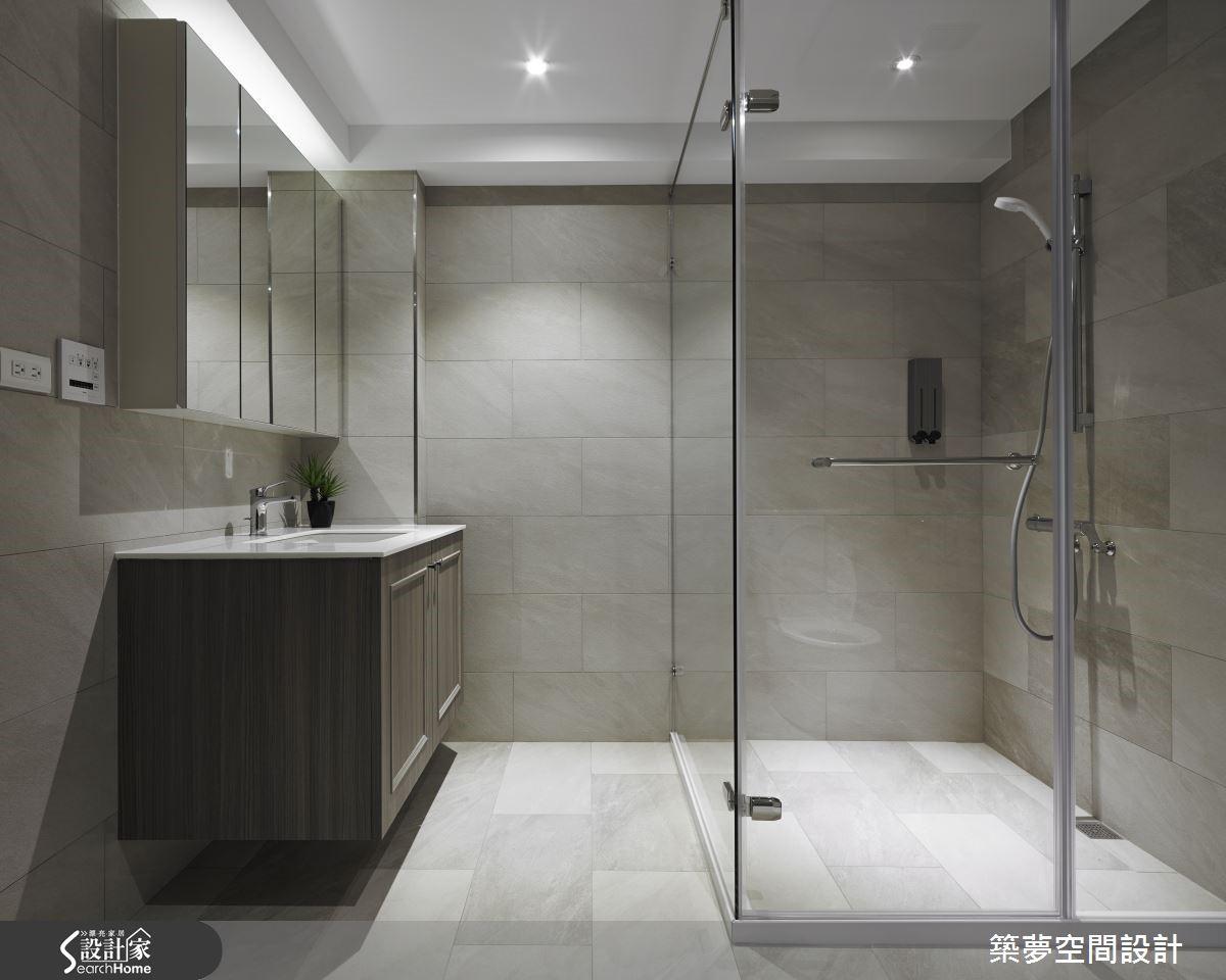 臥室與起居空間以格狀清玻璃窗劃分,以穿透感享受雙倍大的空間尺度。衛浴採防潮耐濕的大理石鋪成地坪,與大理石階梯呼應質感,彰顯居者個性。
